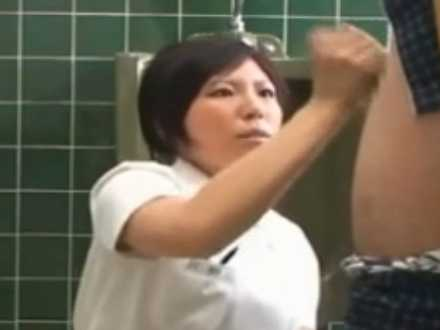 勃起しておしっこが出せない患者を手コキ抜き「いっぱい溜まってたみたいですね!」