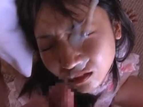 一撃大量顔射に目をぎゅっと閉じて耐えるロリ系女子!射精が終わると精子まみれでぐったり