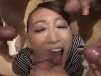 フェラチオ中女優に同時ぶっかけを提案「やりたいっ!」喜んで精子を待つと5人一斉顔射