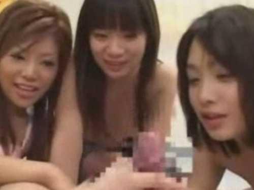 「食べてみる!」順番にフェラチオする3人の女!センズリさせて発射の瞬間を凝視する