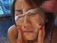 かわいい顔に連続ぶっかけ!手で拭おうとすると「ほら、顔を上げて!」すぐ次の大量顔射