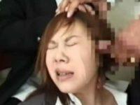 嫌がる女にぶっかけ顔射!お口を閉じて抵抗すると鼻をつまんで「ほらっ!」口内発射