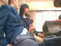 授業中にこっそり手コキ!机の下でバレないように隣の女子にシコシコされると即発射