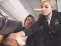 機内でセンズリする客をこっそり手コキ!ツバをつけてガシガシ逆手でシゴく外人CA