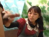 触るのは嫌がる素人女性「手袋があればいいですよ!」ゴム手すると勢いよく手コキ