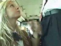 バスで目の前に立つ男のズボンからチ〇ポを取り出す金髪娘!外人らしい高速手コキ