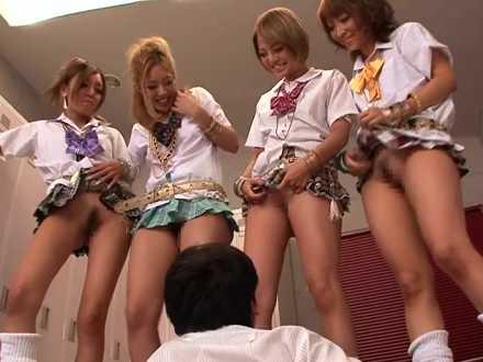 「先生パンツ取った?」おま〇こを見せるギャル生徒たち「イエ~イ!」みんなで手コキ