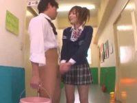 廊下で立たされてる男子のチ〇ポも勃たせる!授業中にこっそりイカせちゃう痴女【麻倉憂】