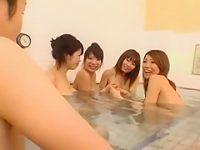 男湯に入ってきた巨乳4人組に狙われるデカチン「もうビンビンっ!」パイズリで遊ばれ挟射