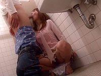 トイレでチ〇ポを握らせる痴漢「シゴいて!」騒ぐとお口にねじ込みイラマチオ顔射