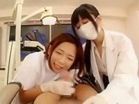 診察中にフェラ手コキ!デカチン患者の体を押さえつけて勝手にシゴく歯科医師と助手