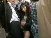 満員バスでこっそりフェラ手コキ!チ〇ポを引っ張り出してイクまでこねくり回す痴女