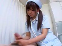 病室でこっそり手コキ!デカチン患者におま〇こをイジらせながらガシガシ扱く痴女ナース