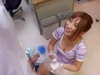 仕事中にチ〇ポ洗いサービス!おっぱい揺らして両手ねじり手コキされると我慢できずに発射