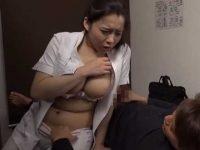 マッサージ中にバレないようにセックス!勃起チ〇ポを握らされると拒めない巨乳施術師