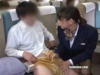 機内でこっそり手コキ!周りの乗客にバレないようにシコシコして抜いてあげる乗務員
